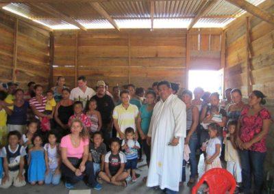 padre rafael e la casetta per una famiglia povera (2)